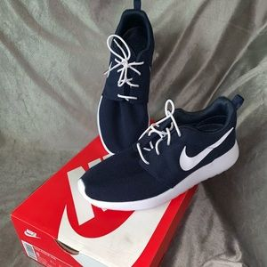 BNWT Nike Roshe Navy & White